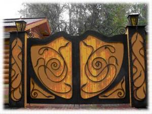Кованые ворота распашные въездные деревянное полотно